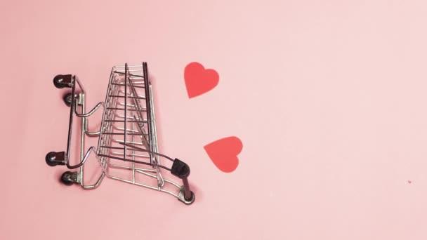 Papírszívű bevásárlókocsi. Függőleges 4k videó. Ne mozogj! Valentin napi eladás