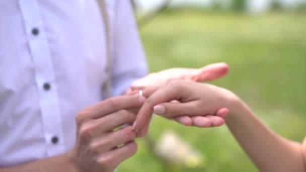 ženich položí prsten na prst nevěsty