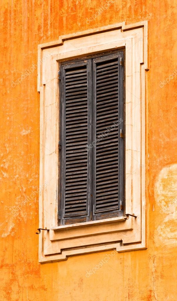 Antiguo marco de ventana con persianas — Foto de stock © TallyPic ...