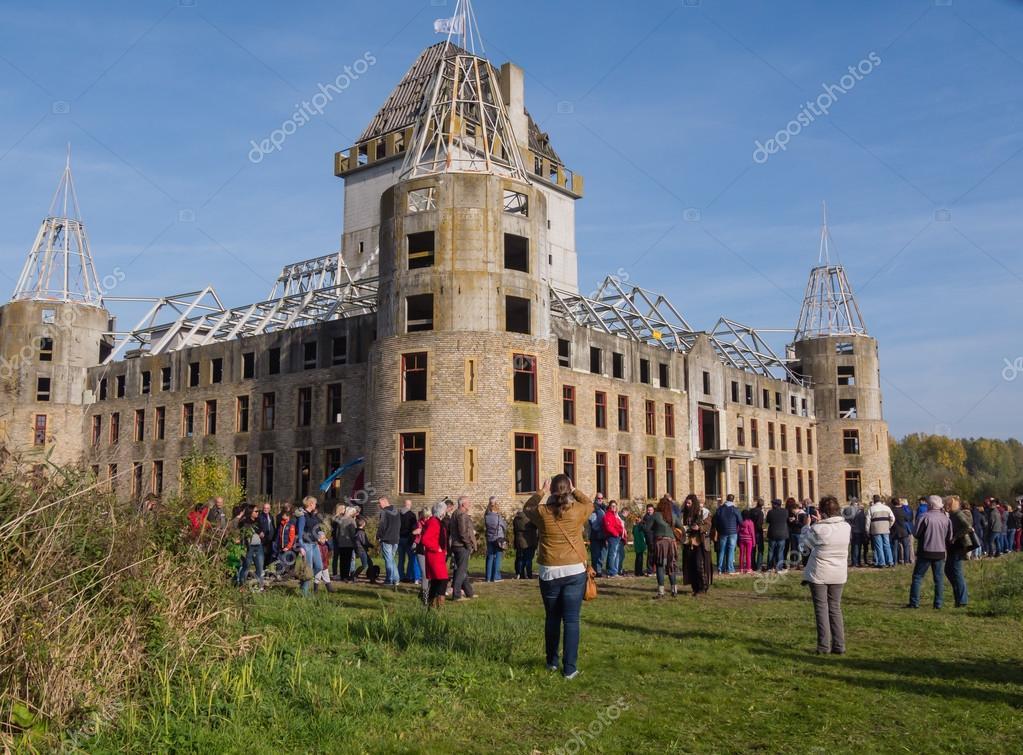 moderne ruïne van kasteel almere – redactionele stockfoto © dolfilms
