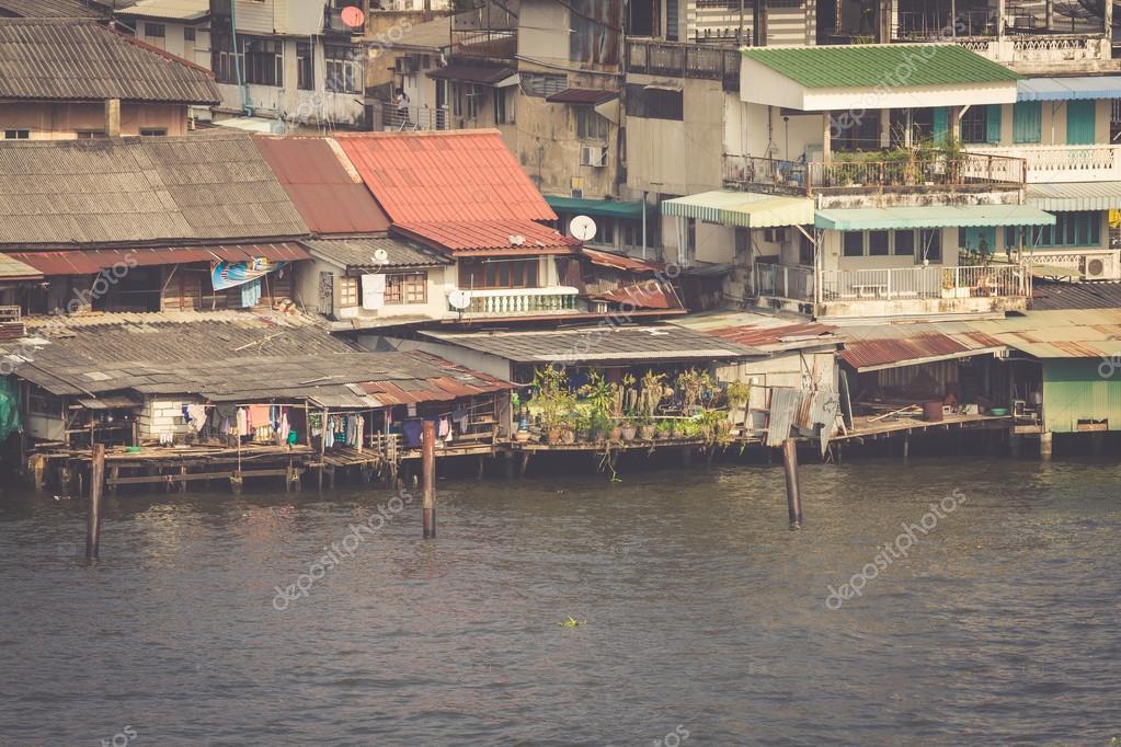 Baraccopoli in legno su palafitte sulla riva del fiume for Moderni piani di palafitte