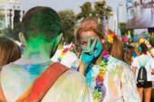 Tisíce lidí účastní barva běh