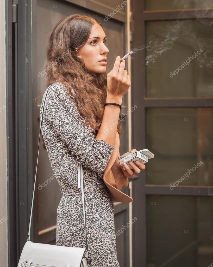 Modell Rauchen außerhalb Missoni-Mode zeigt Gebäude nach ...