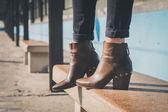 Detail kotníkové boty u stanice metra