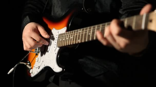 Kytarista hrající na kytaru