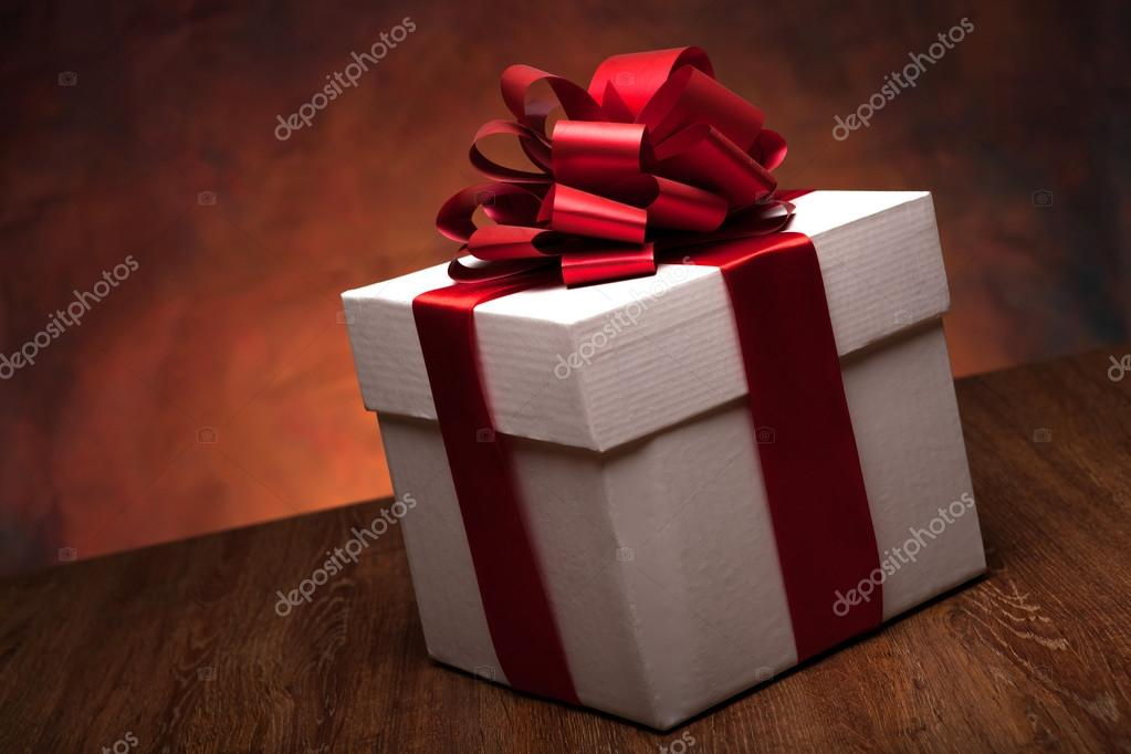 Grote Witte Tafel : Een grote witte cadeau doos op de houten tafel u stockfoto