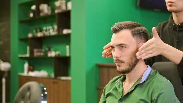 Barber stílusok komoly ügyfél férfi sötét haj meleg viasz