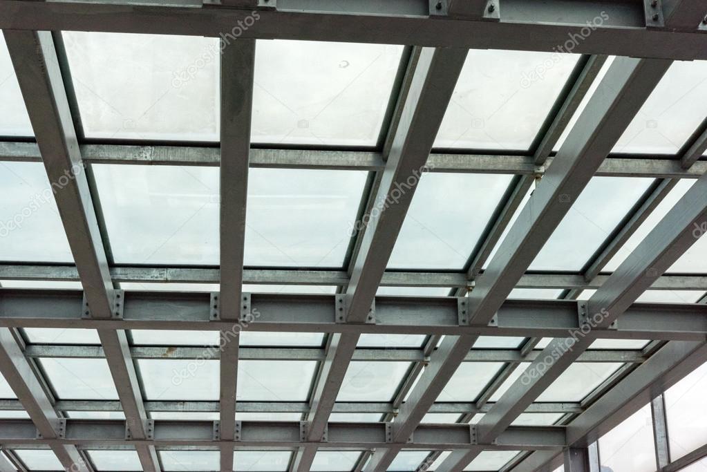 metal construcción de ventana de marco en el cielo — Fotos de Stock ...