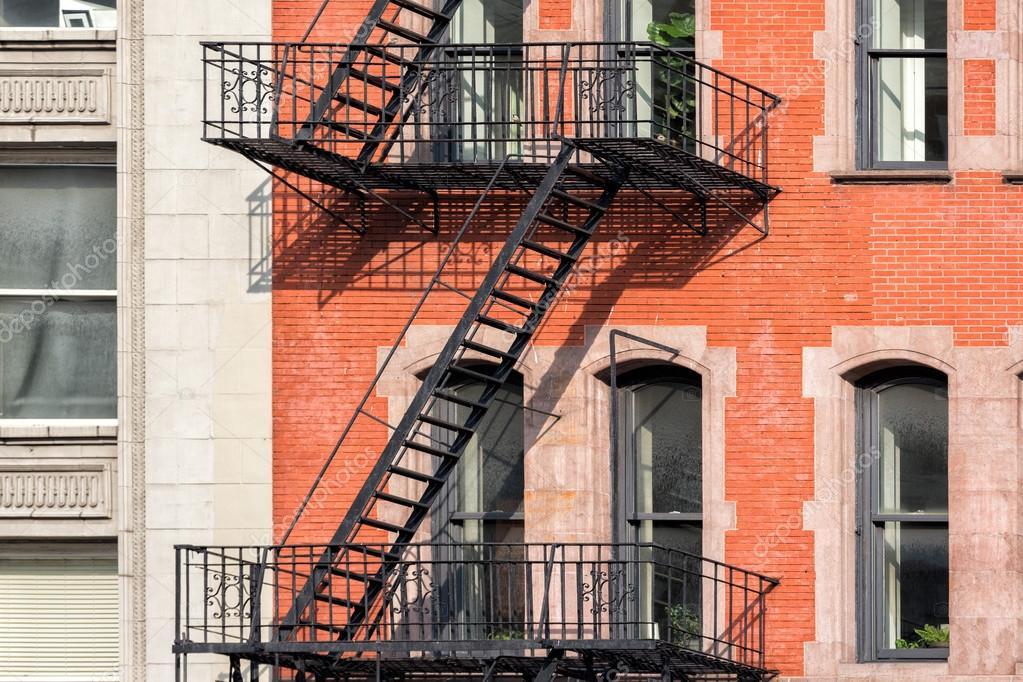 detalle de edificios de manhattan de nueva york de escalera de incendio u foto de stock