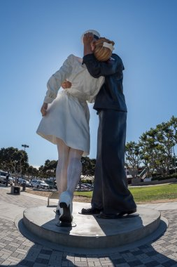 sailor and nurse while kissing statue san diego