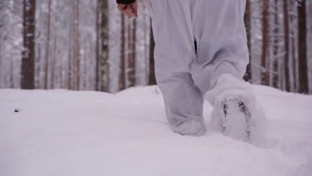 Männliche Füße beim Gehen im tiefen Schnee. Auf den Spuren der Wanderer. Der Jäger geht durch den Wald