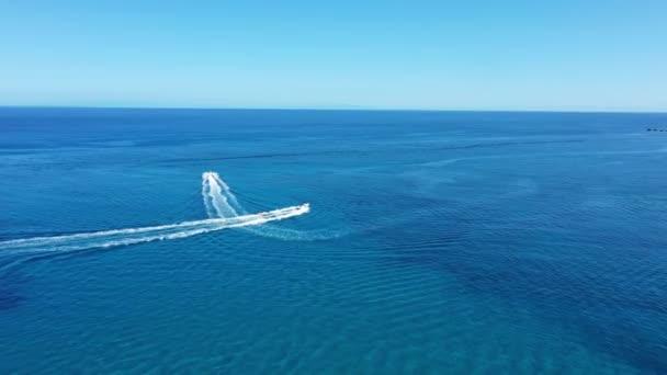 Luftaufnahme eines Motorbootes, das eine Röhre zieht. Zakynthos, Griechenland