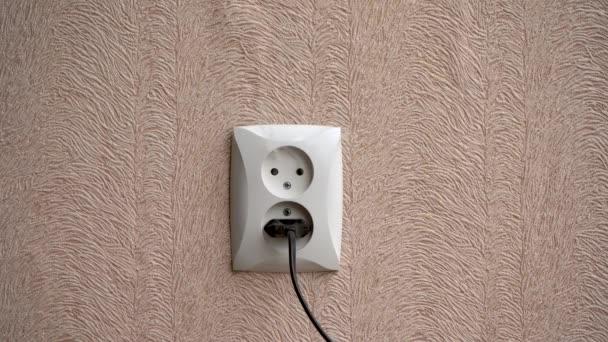 A füst egy hibás konnektorból származik a lakásban. A koncepció a tűz kezdetének a házban. Az elektromos érintkezés túlmelegedése, ami tűzhöz és károsodáshoz vezet