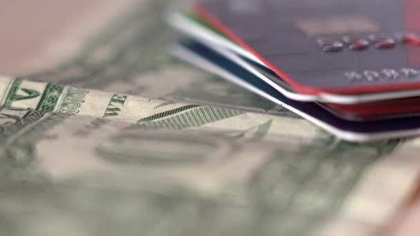 Plastikkarten auf Dollar-Rechnung setzen