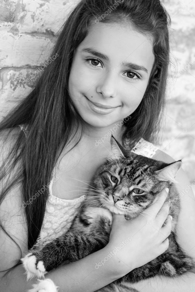Hübsches Mädchen Teenager 10 11 Jahre Hält Eine Katze Stockfoto