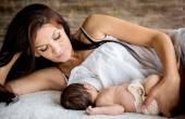 Fotografie schöne Mutter füttert ihr Neugeborenes