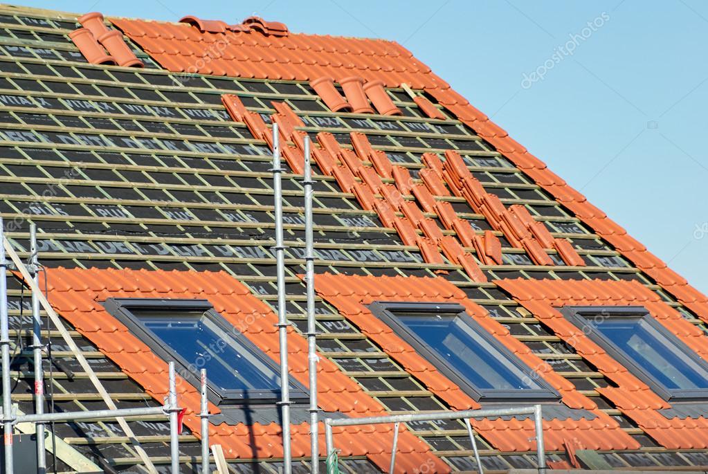 Piastrelle allineate su un tetto e pronti per essere immessi da un