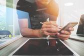 Fotografie Website-Designer digital Tablet und Laptop Computer arbeiten und
