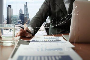 ofis masaları ile akıllı telefon ve dijital iş belgeleri
