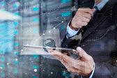 Podnikatel ruční práci s moderními technologiemi a digitální laye