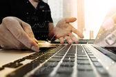 ruce, laptop a hospodářství kreditní kartou pomocí sociálních médií dia
