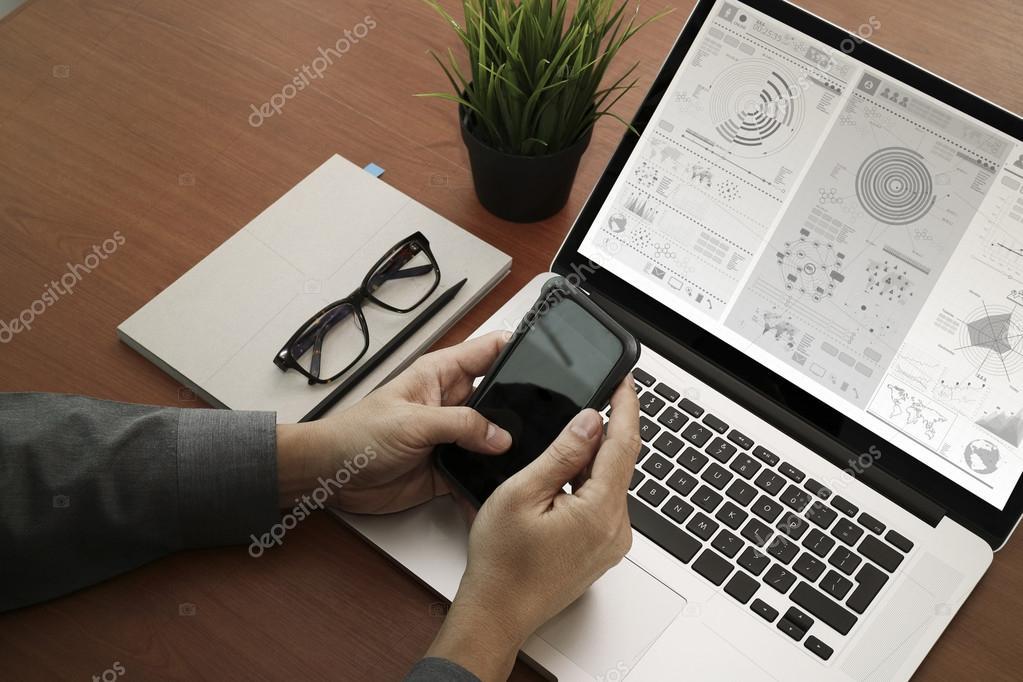 pohled shora rukou pomocí notebooku a hospodářství chytrý