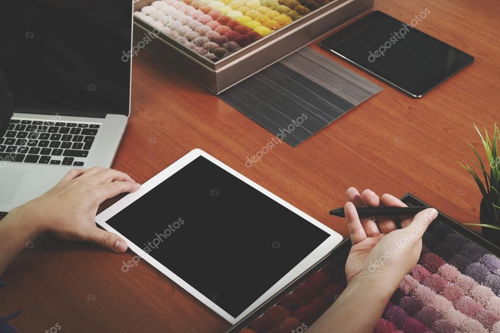 bovenaanzicht van interieur ontwerper hand kiezen tapijt monster met lege nieuwe moderne computer laptop en pro digitale tablet met materile bestuur en