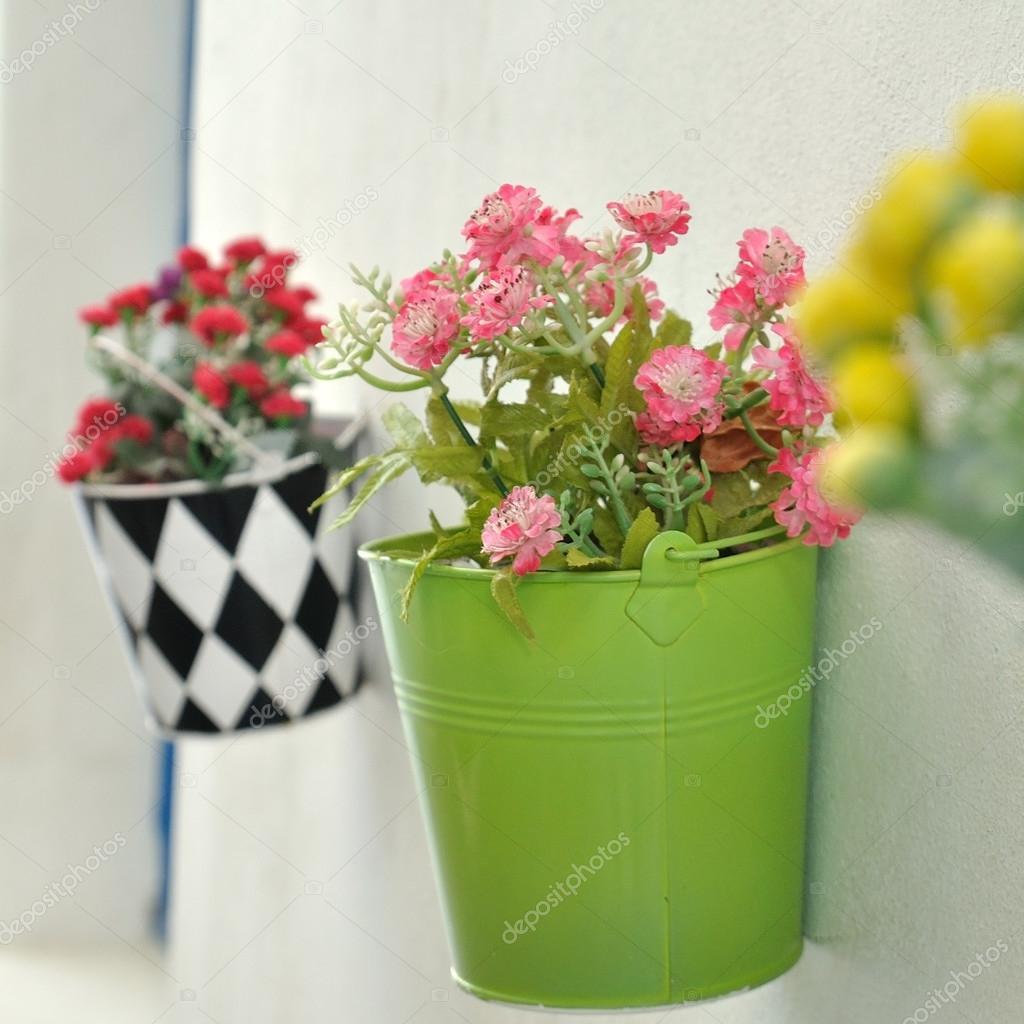 Moderne Blumentöpfe blumentöpfe an wand stockfoto ekarina 81183098