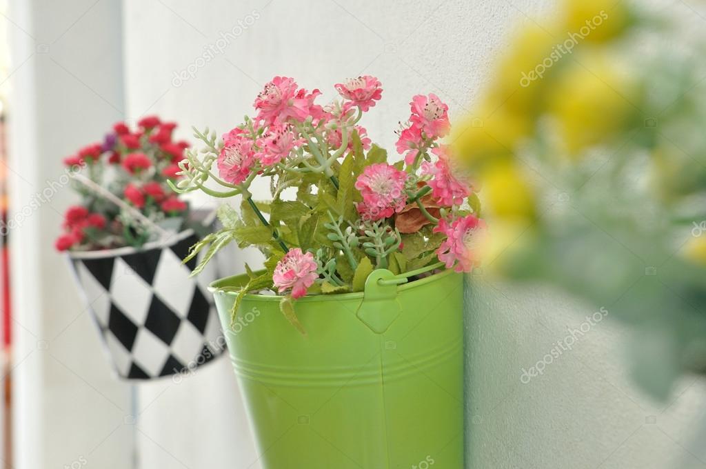 Vasi di fiori appesi sulla parete foto stock ekarina for Vasi appesi