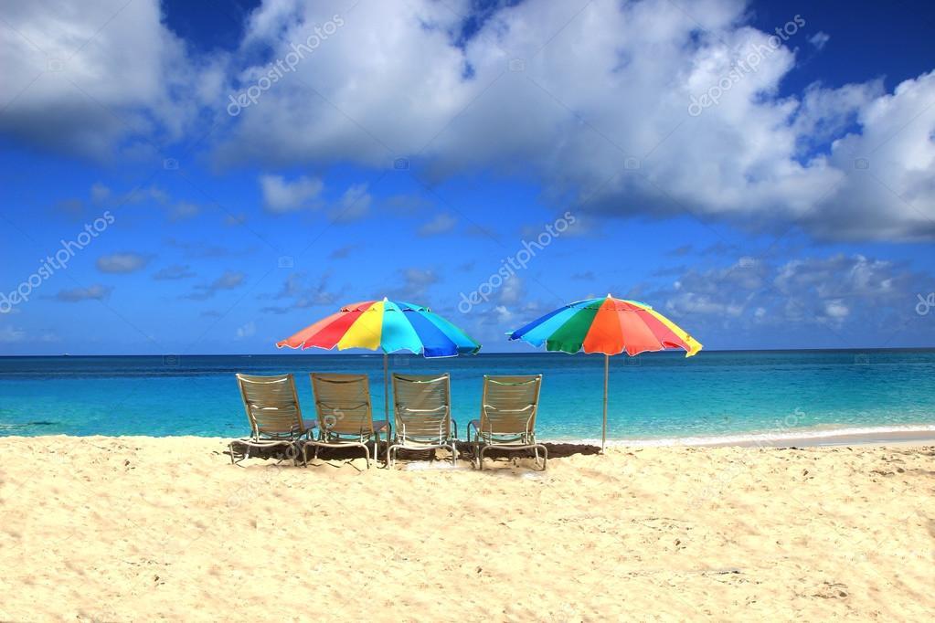 sch ne liegest hle und sonnenschirme an einem sonnigen strand der karibik stockfoto elvirkin. Black Bedroom Furniture Sets. Home Design Ideas
