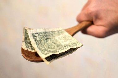 Ödeme öncesi minnettarlık konsepti. Maaş. Amerikan banknotları, ahşap kaşıkta dolar.