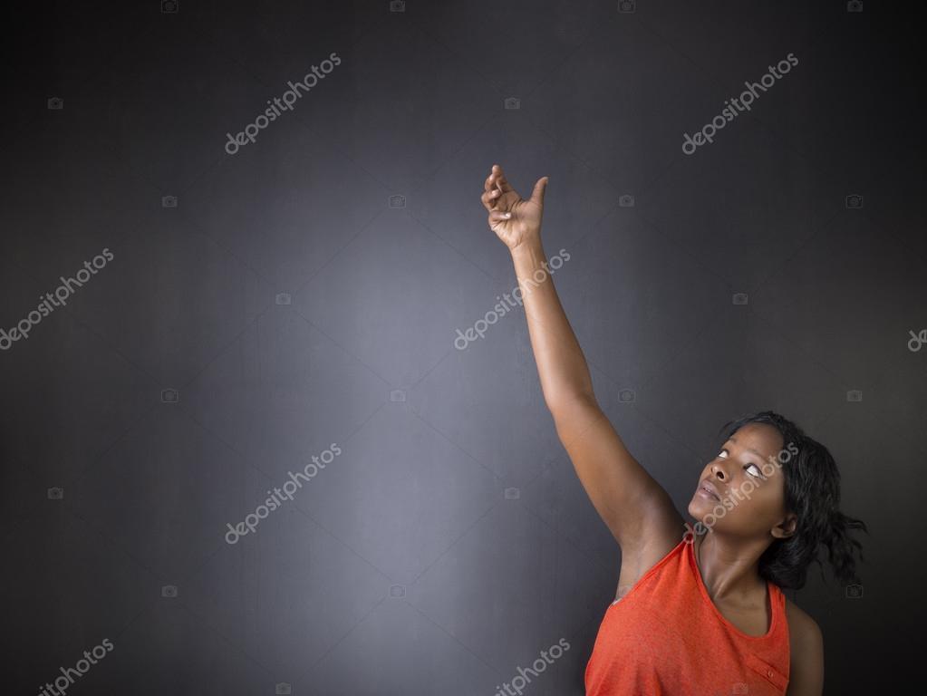 Südafrikanische oder Afroamerikanern Lehrerin auf Kreide Tafel ...