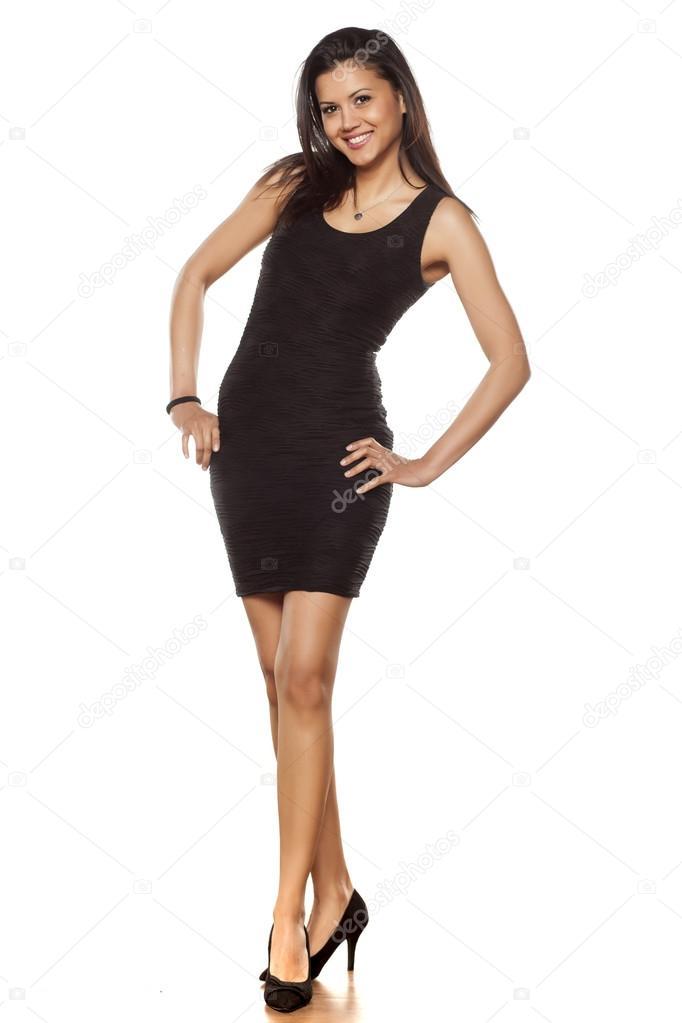 f28312bbf48e Νέοι όμορφη κυρία που ποζάρει με λίγα λόγια μαύρο στενό φόρεμα — Εικόνα από  VGeorgiev