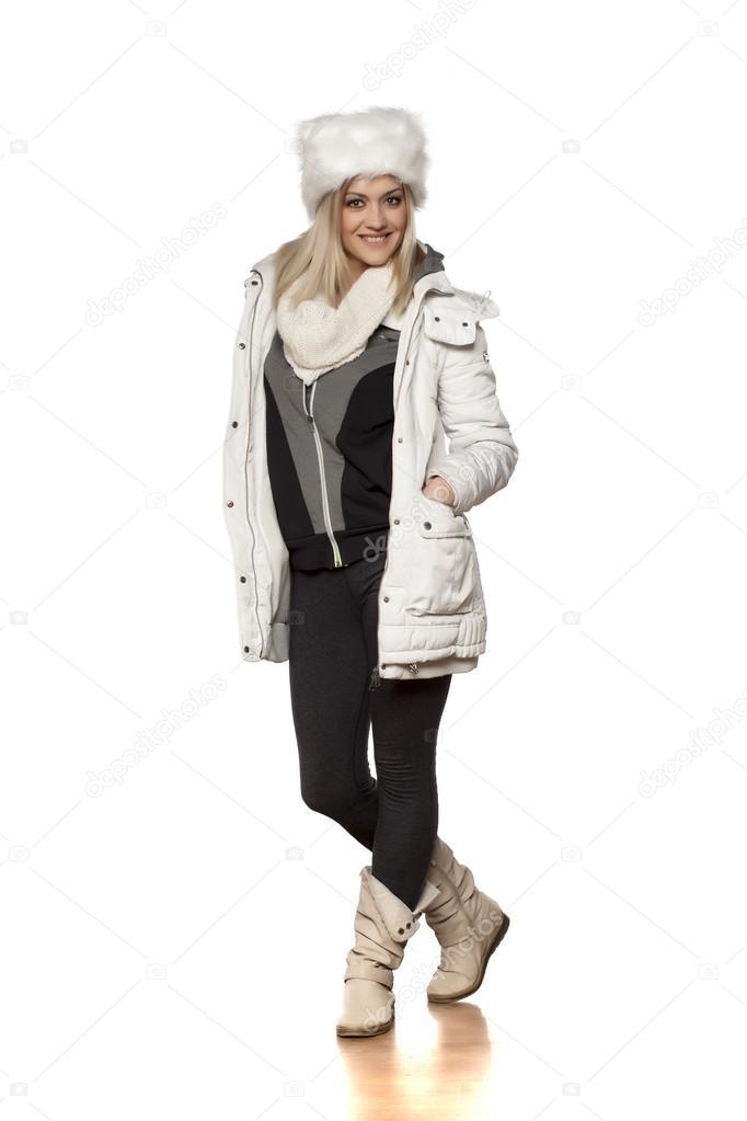 Belle jeune femme en vêtements d\u0027hiver qui pose en studio \u2014 Image de  VGeorgiev