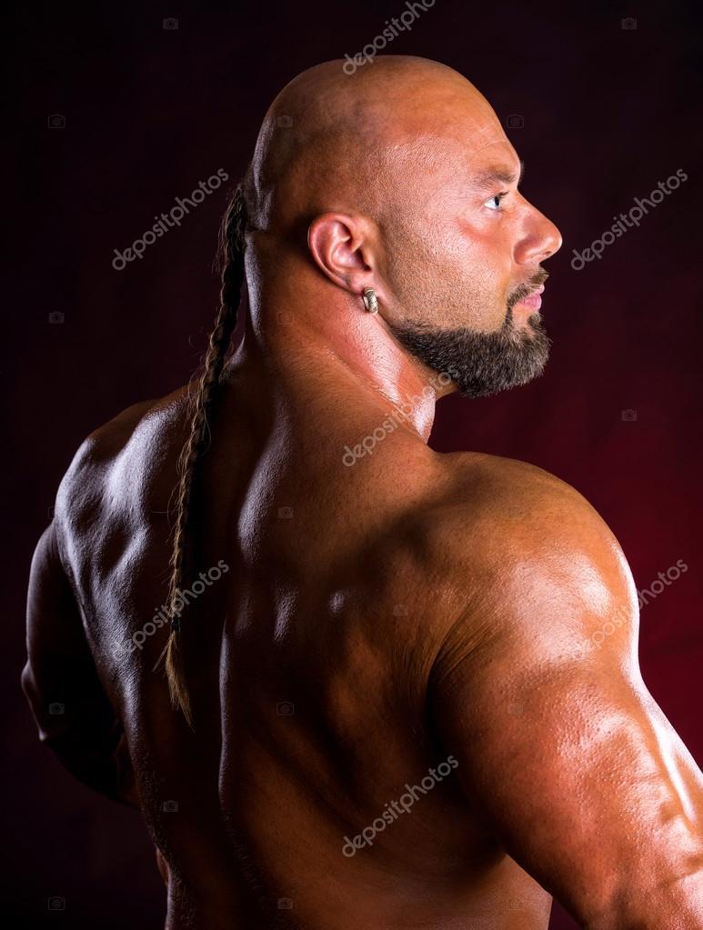 Bodybuilder zeigen Muskeln des Rückens und der Arme — Stockfoto ...