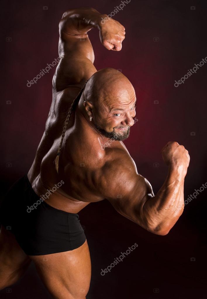 Athlet Bodybuilder zeigen Muskeln des Rückens und der Arme ...