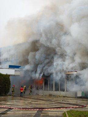 Ateş ve güçlü duman