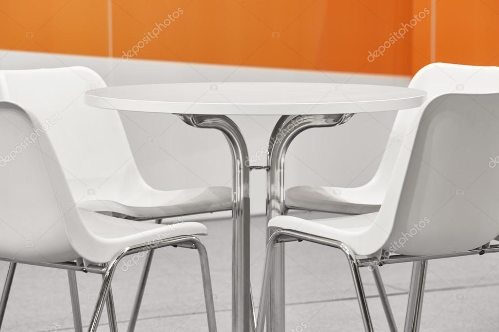 Sedie Di Plastica Bianche.Sedie Di Plastica Bianche E Set Da Tavola Decorazione Parete