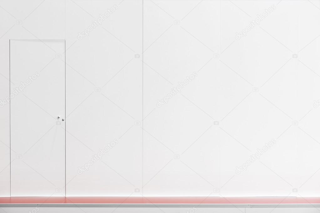 Weißer Wand Mit Tür Rote Boden Legen Sie Dekoration. Kopieren Sie Raum.  Horizontale U2014 Foto Von ABBPhoto