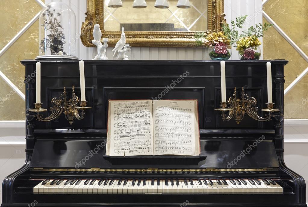 Pianoforte antico con candele e partitura musicale - Decorazione di interni ...