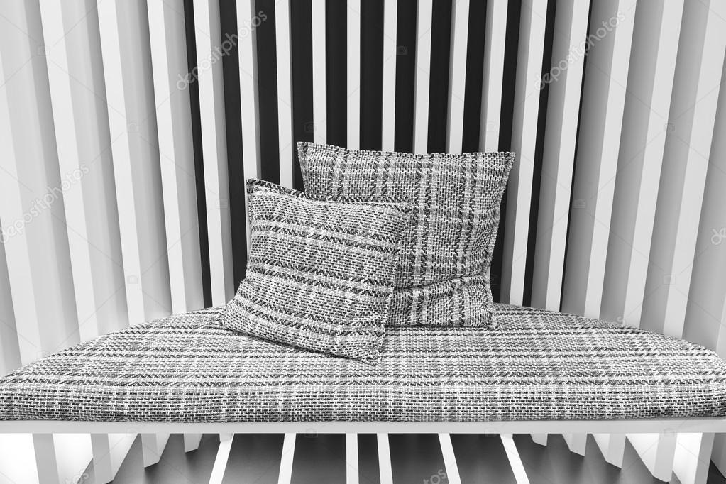 Pareti Con Foto In Bianco E Nero : Divano con cuscini e parete in bianco e nero u foto stock