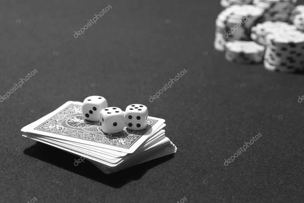 Cartas De Poker Y Dados Con Apuestas Fichas Juego De Mesa Fotos De