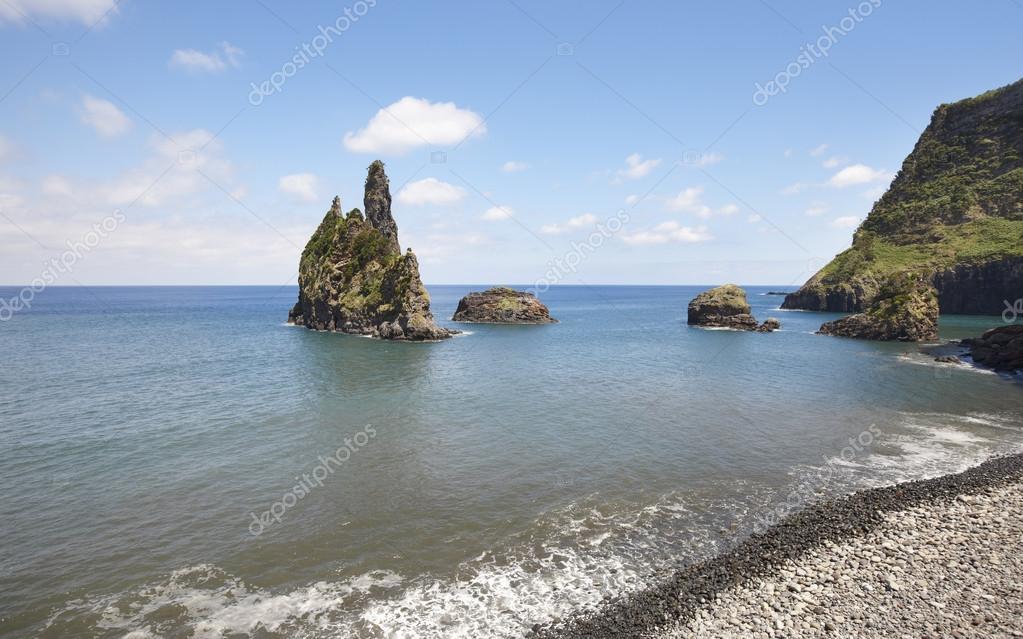Paesaggio della linea costiera azzorre con spiaggia di for Piani domestici della carolina costiera