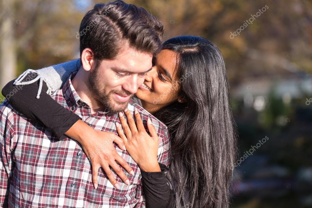 Freund und Freundin umarmen und küssen