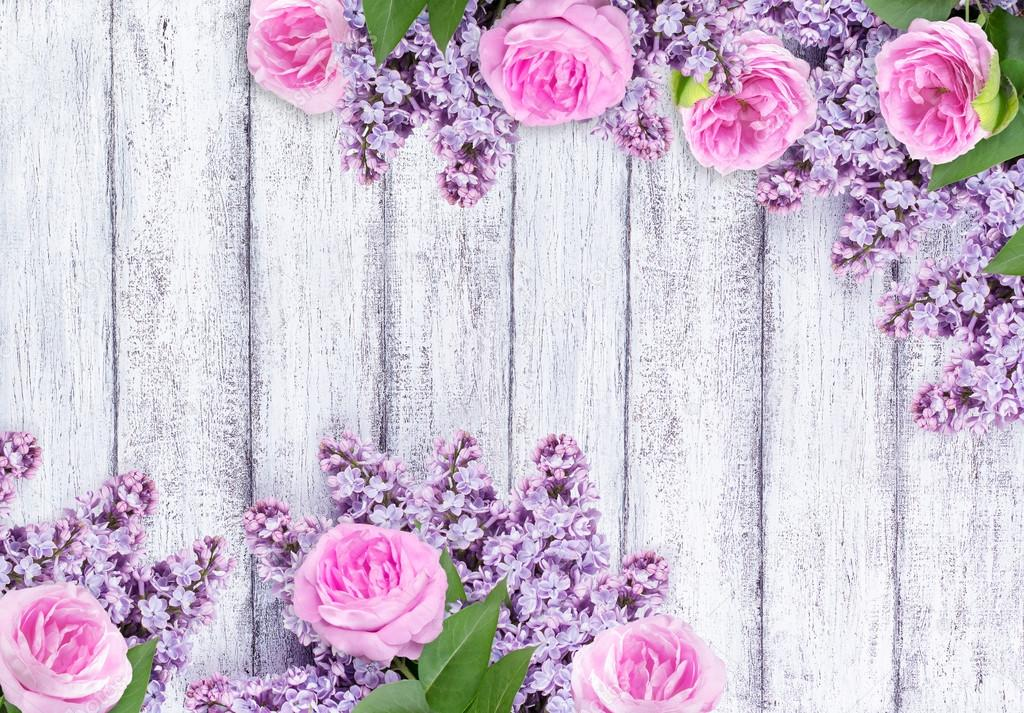 Flores Lilas Con Rosas Sobre Fondo: Flores Lilas Con Rosas Sobre