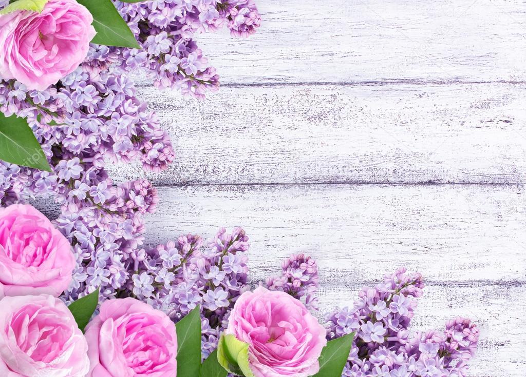 Flores Lilas Con Rosas Sobre Fondo: Flores Lilás Com Rosas Em Pranchas De Madeira Gasto
