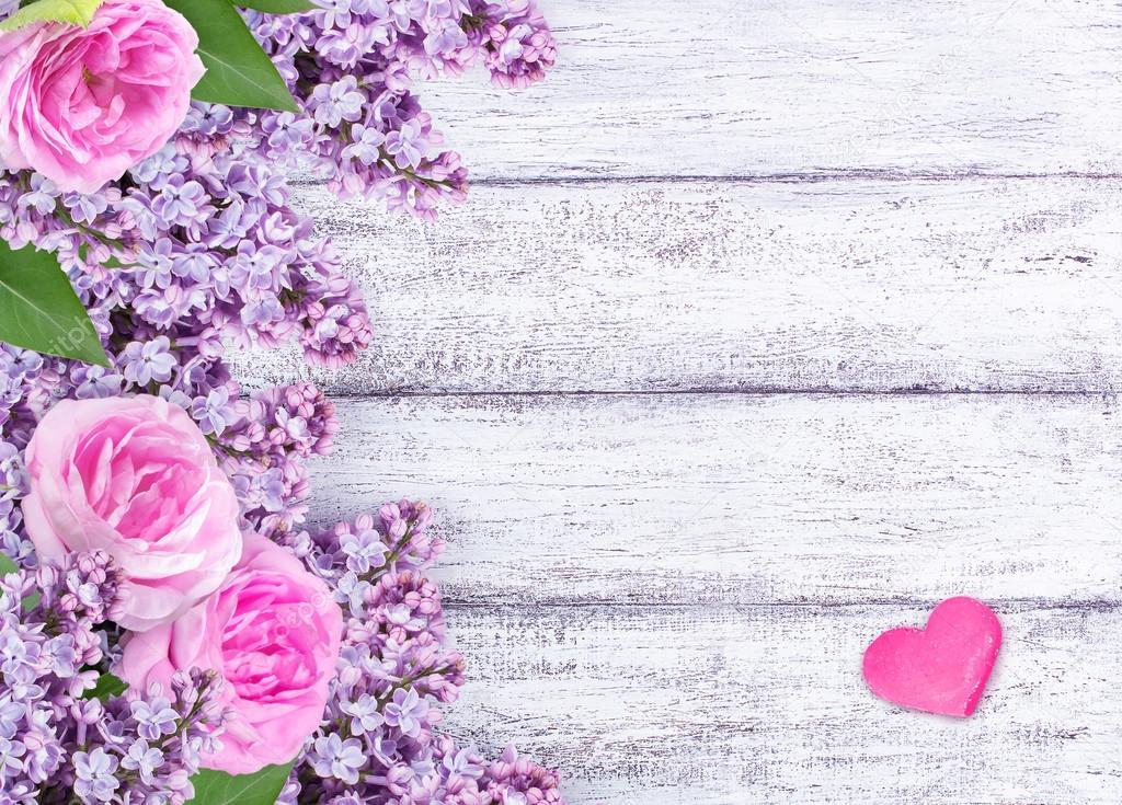 Flores Lilas Con Rosas Sobre Fondo: Flores Lilas Con Rosas Y Dos