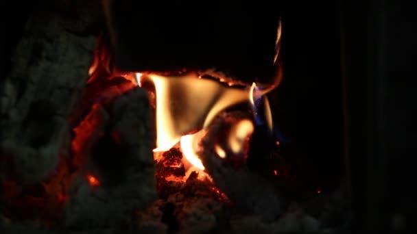 oheň a uhlíky v krbu