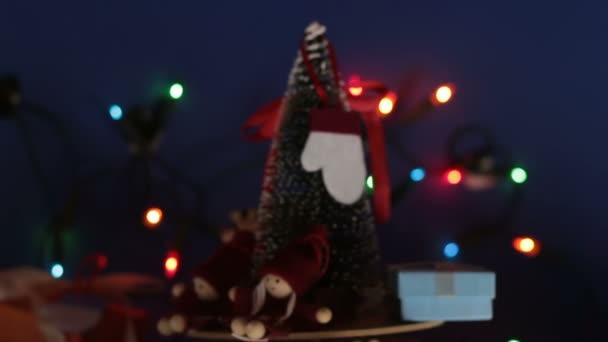 Vánoční kolotoč s vánočním stromečkem a jasnými dárky. Nový rok slavnostní strom s dárky na pozadí světlé girland.Decoration pro nový rok.