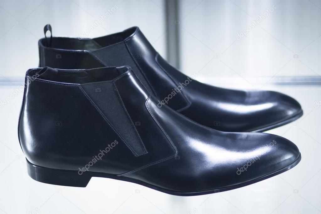30a10cd4ed1 Módní obchod okno Uložit návrháře luxusní kožené lesklé leštěné boty —  Fotografie od ...